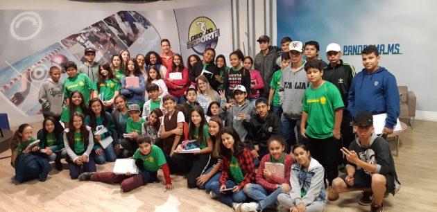 Grupo de estudantes de Bonito aprende sobre rádio e TV pública na Fertel