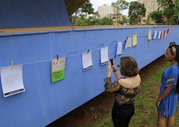 Varal coletivo espalha poesias do escritor Manoel de Barros na Praça do Rádio